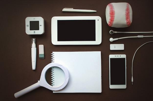 ヴィンテージ茶色の背景に白い文房具の要素のセットです。ブランディングテンプレート空白の文房具の写真。デザインのモックアップ。