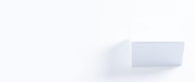 흰색 테이블에 흰색 스티커 세트입니다. 비즈니스 개념입니다. 근무 환경. 혼합 매체