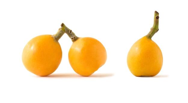 白い背景で隔離のビワまたはセイヨウカリンの黄色い果物のセット