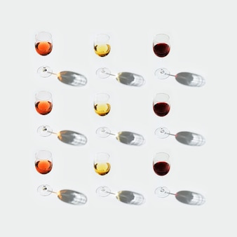 Набор вина в бокалах. красное, розовое и белое вино на светлом фоне. открытка. бар, винодельня, дегустационная концепция.