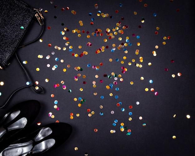 검은 표면에 파티와 금 화려한 색종이 대 한 여성 액세서리 세트