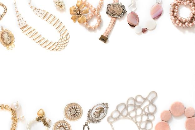 ビンテージスタイルのネックレスカメオパールブレスレットチェーンイヤリング白い背景の上の女性の宝石類のセットです。