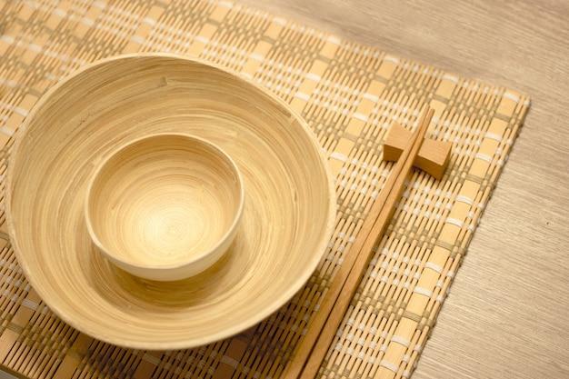 アジアのライフスタイルのテーブルの上の木製台所用品のセット