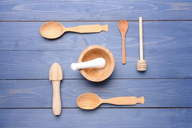 Набор деревянной кухонной утвари на столе