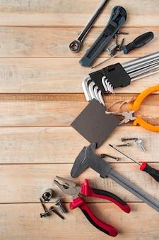 Набор рабочих инструментов на деревянном фоне. праздничная концепция поздравительной открытки на день отца.