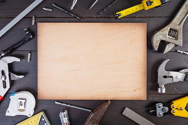 Набор рабочих инструментов на деревянном деревенском