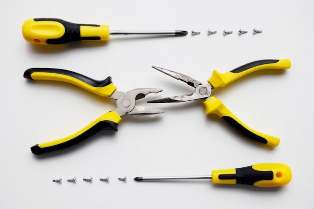 作業工具、ペンチ、ワイヤーカッター、ドライバー、ネジのセット。構築キット。修理サービス、建物、便利屋、大工、サービスセンター