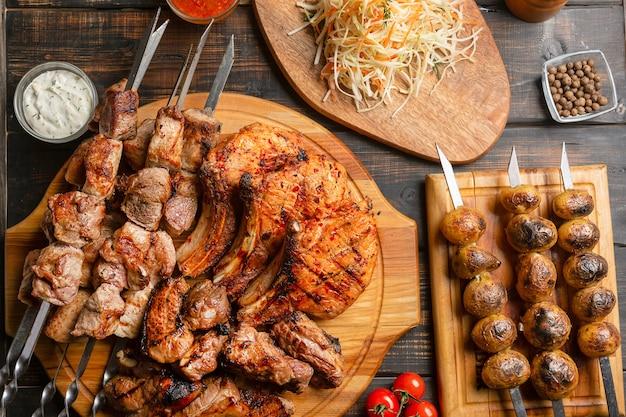 シャシリクをセット。ケバブ串、ケバブは伝統的な東洋料理を船に乗せた。