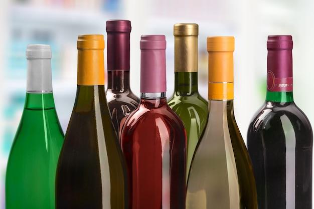 に分離されたワインの6本のボトルを設定します