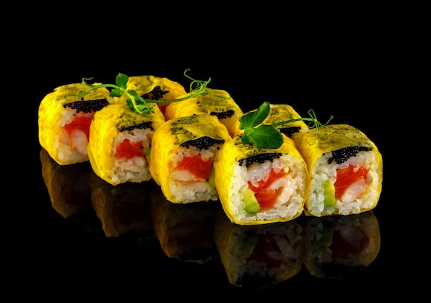 巻き寿司をセットします。伝統的な日本料理。