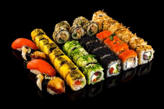 Установить суши-ролл. традиционная японская кухня.