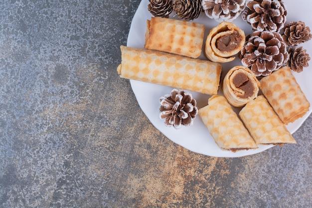 Set di cialde dolci sulla superficie in marmo