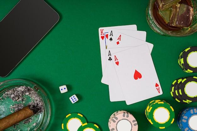Набор для игры в покер с картами и фишками на зеленом фоне