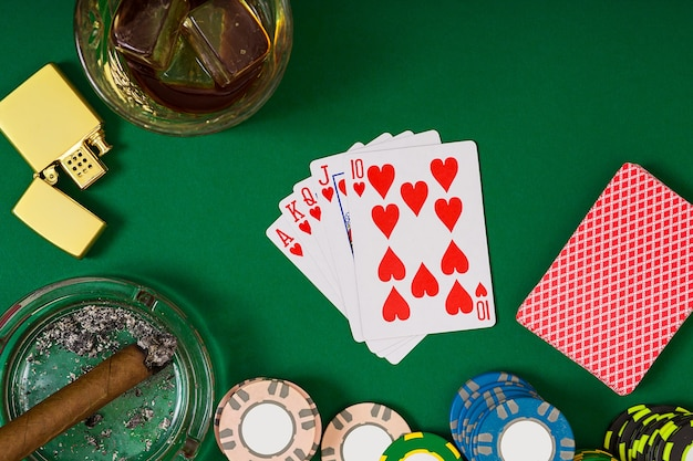 緑のテーブル、上面図でカードとチップを使ってポーカーをプレーするように設定します。静物