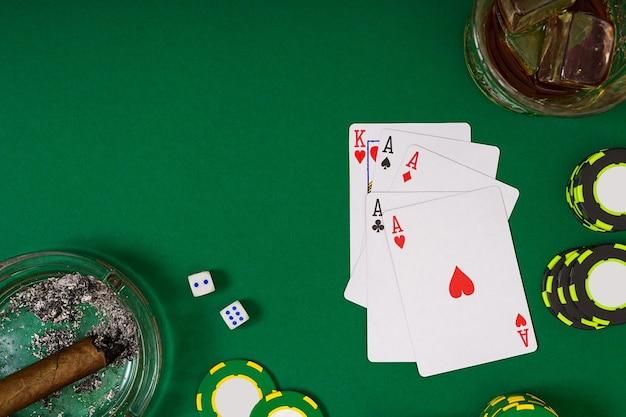 緑のテーブルトップビューでカードとチップを使ってポーカーをプレイするように設定します