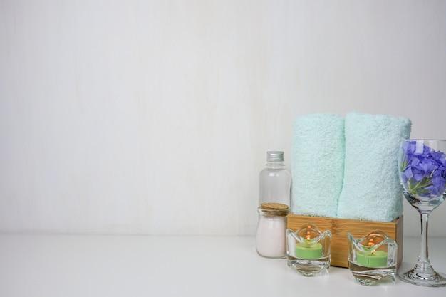 塩のスパセット。美しさとファッションスパset.towelとキャンドルの塩温泉