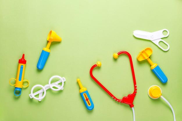 Set di attrezzature mediche giocattolo.