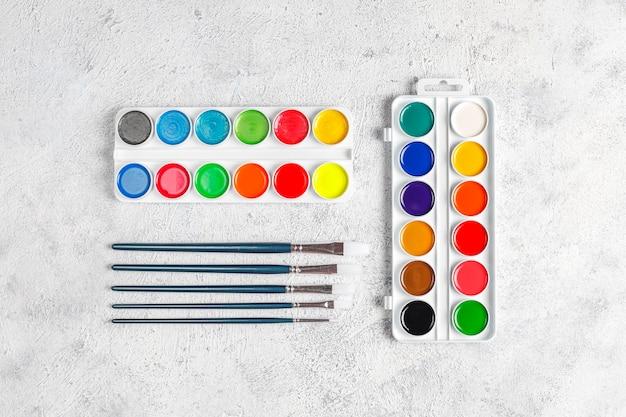 Set di colori ad acquerello e pennelli per la pittura.