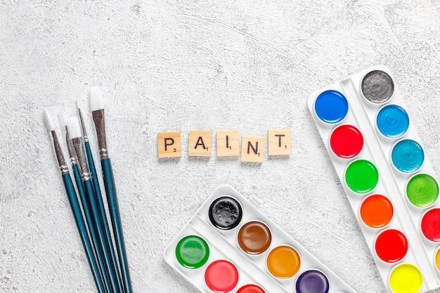 Set di colori ad acquerello e pennelli per la pittura. Foto Gratuite