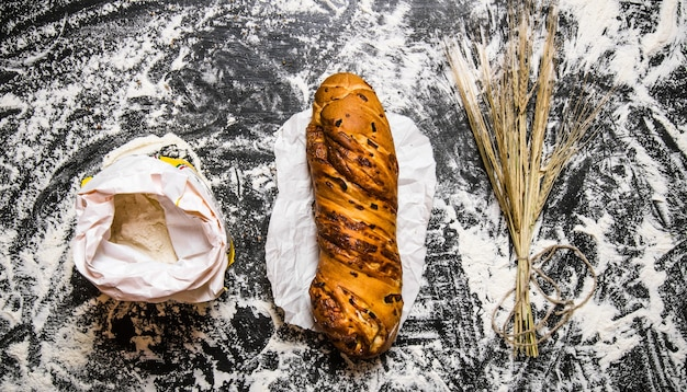 チャバタ、小麦粉、小麦の穂がセットされています。小麦粉と一緒にテーブルの上。上面図