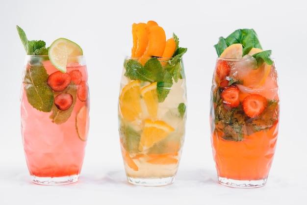 Набор с различными фруктовыми коктейлями изолированы