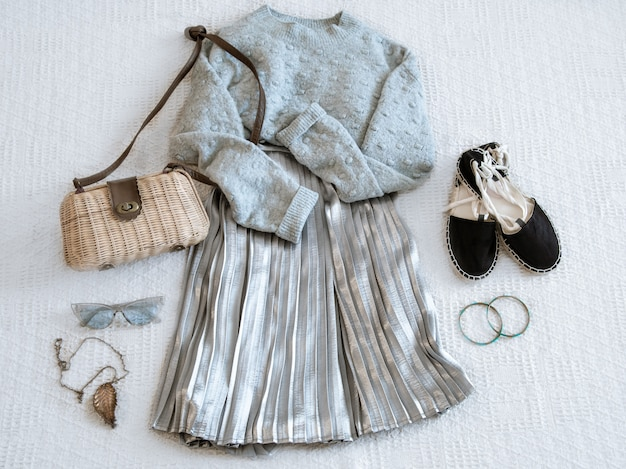 おしゃれな婦人服スカートとセーターがセット。