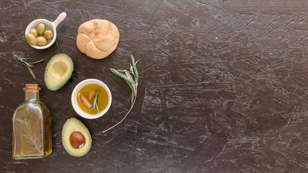 Набор с маслом авокадо и хлебом