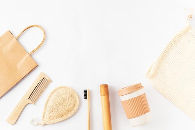 Набор с предметами многоразового использования на белой поверхности
