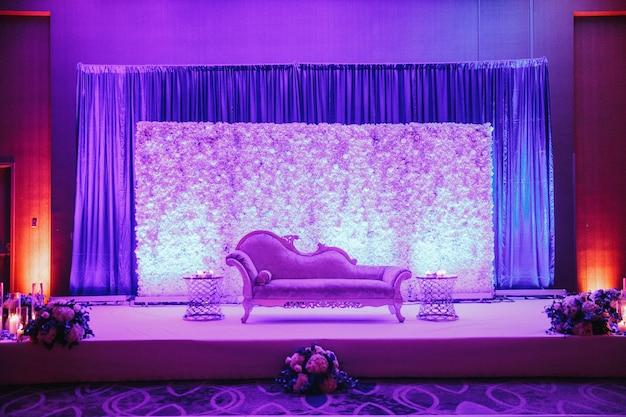 ソファ、花、紫の色のボケを設定