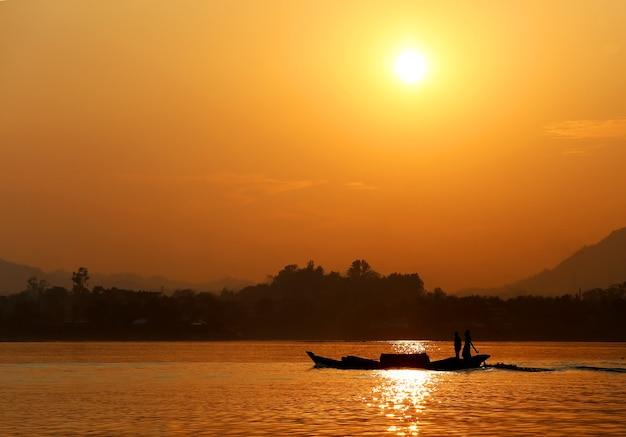 Заходящее солнце на озере каптай в бангладеш