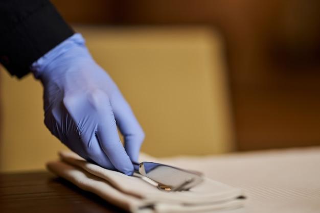 使い捨て手袋を着用した状態でのみテーブルを設置する