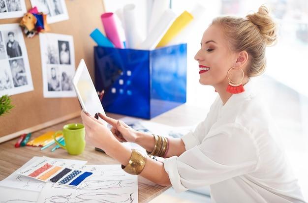 彼女自身のデザインウェブサイトを立ち上げる