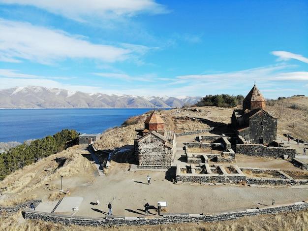 アルメニアのセヴァン湖とセヴァナヴァンク古い教会