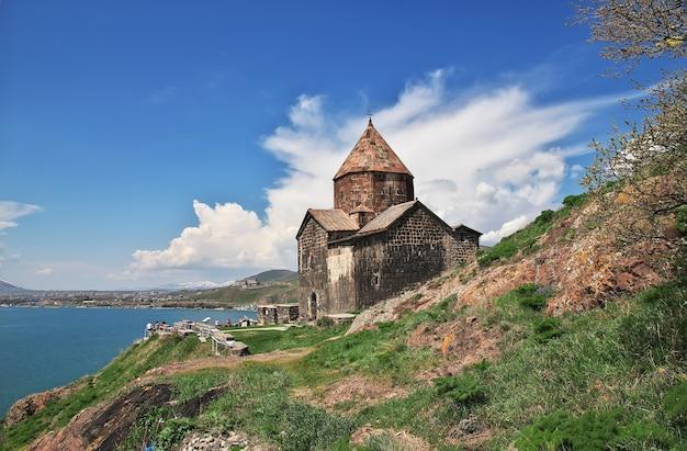 アルメニアのセヴァン湖にあるセヴァナヴァンク修道院