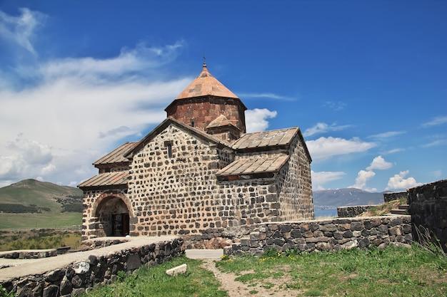 アルメニアのセヴァン湖にあるセヴァナヴァンク修道院 Premium写真