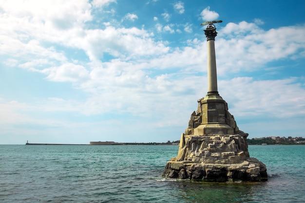 Памятник затопленным кораблям на набережной севастополя