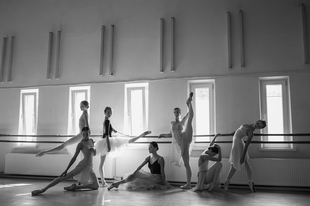 Le sette ballerine al bar di balletto