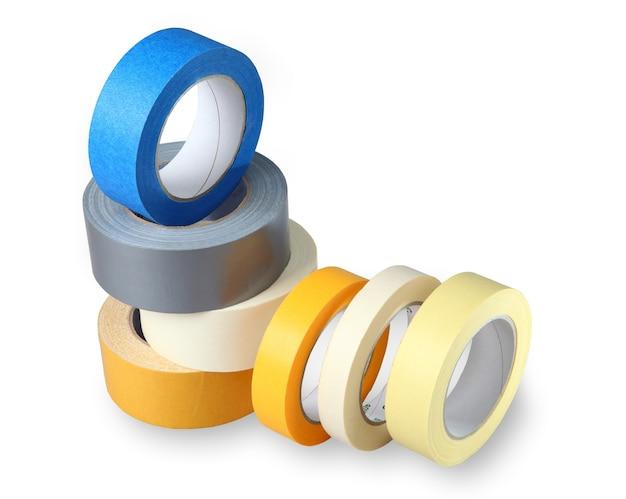 Семь витков цветной клейкой ленты на бумаге и полимерной основе, изолированное изображение на белом фоне, горизонтальное расположение с окрашенным оттенком.