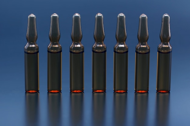 Семь медицинских стеклянных ампул для инъекций препарата
