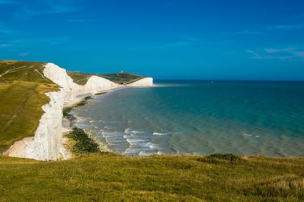 일곱 자매는 영국 해협에 의한 일련의 분필 절벽입니다. 프리미엄 사진