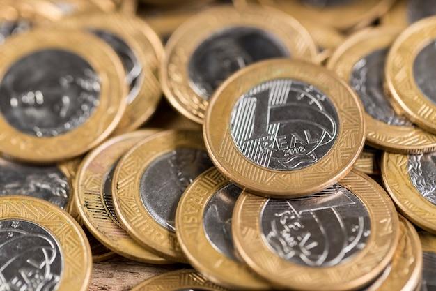 木製のテーブルにいくつかの1つの本物のコイン