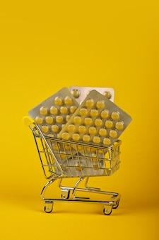 ショッピングカート内の錠剤のいくつかのブリスターパック