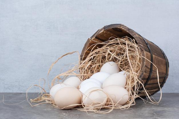 대리석 배경에 건초에 여러 닭고기 신선한 계란. 고품질 사진