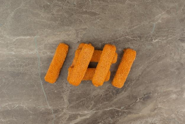 大理石のテーブルにいくつかのチキンナゲット。