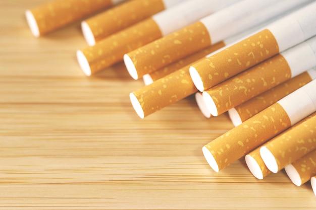 テーブルの上のいくつかのタバコ