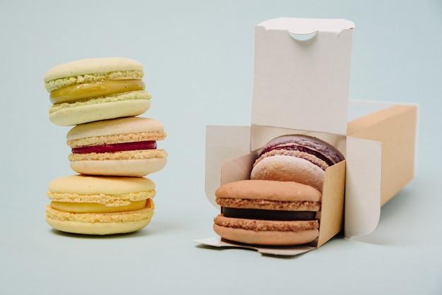ボックス内のいくつかのカラフルなマカロンケーキ