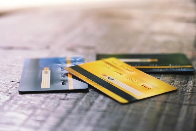木製のテーブルにいくつかのクレジットカード