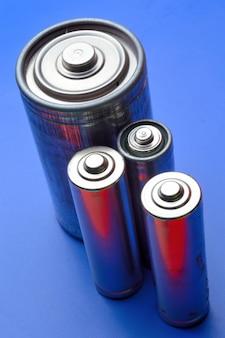 파란색 배경에 여러 다른 배터리입니다. 확대.