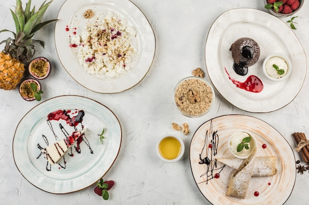 Несколько блюд с десертами на тарелках, чизкейк, шоколадный кекс, штрудель и творог от шеф-повара, вид сверху с копией пространства. плоская планировка. концепция завтрака. ресторанная еда.