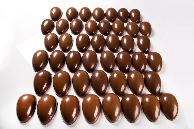 초콜릿 공장에서 여러 부활절 달걀
